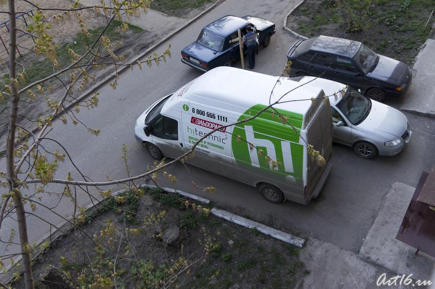 Машина компании ʺЭльдорадоʺ у подъезда Е.Я.Шугаевой::Шугаева (Симко) Екатерина Яковлевна