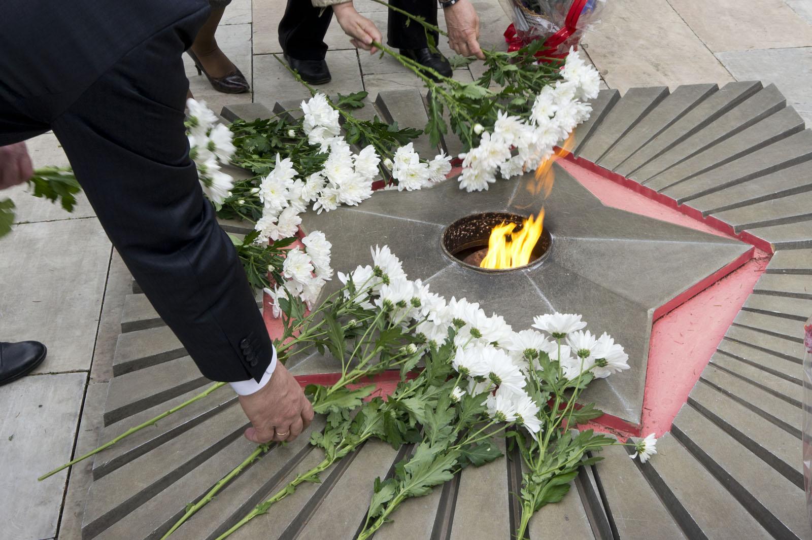 Фото возложение цветов у вечного огня