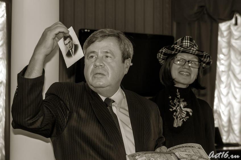 Фото №77759. Ахат Мушинский с фотографией В.П.Аксенова и Наиля Ахунова