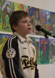 Московский школьник читает стихи на открытии выставки