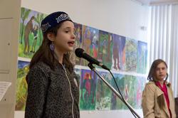 Школьница из Москвы читает стихи на открытии выставки