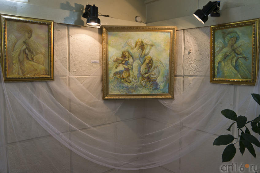 Фото №78297. Фрагмент экспозиции. В центре картина ''Мелодия для облаков''. А.Бузунеева (Анастас)
