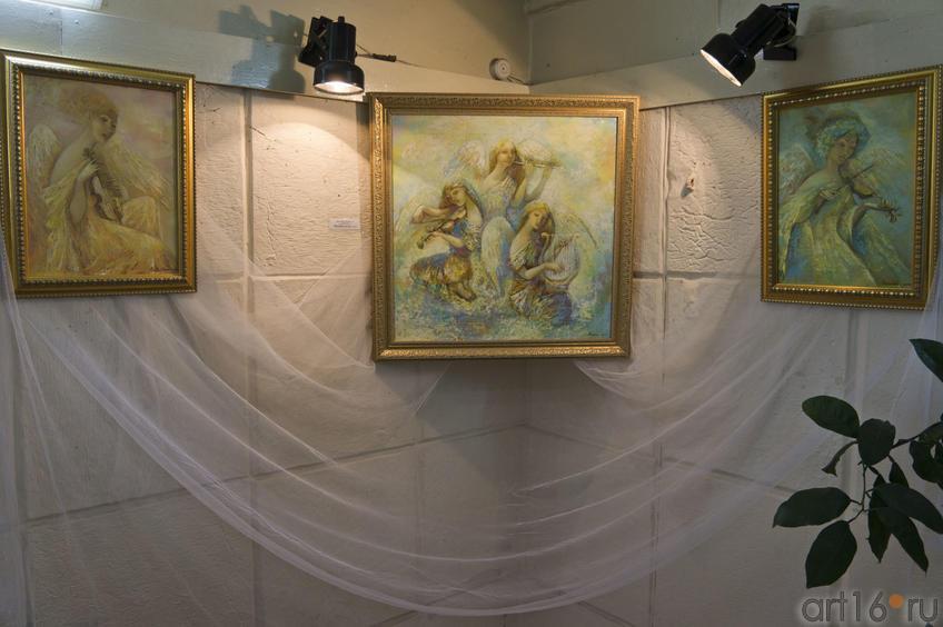 Фрагмент экспозиции. В центре картина ʺМелодия для облаковʺ. А.Бузунеева (Анастас)::Анастасия Бузунеева: «Как ангелы», живопись
