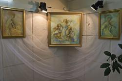 Фрагмент экспозиции. В центре картина ''Мелодия для облаков''. А.Бузунеева (Анастас)