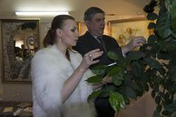 А.Бузунеева и Назаров у дерева Желаний. Открытие выставки ''Как Ангелы''