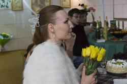 А. Бузунеева с букетом желтых тюльпанов.