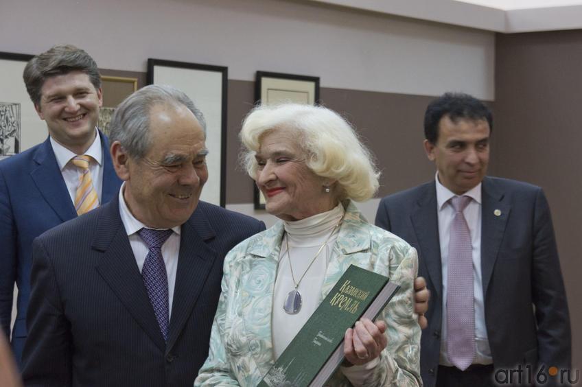 Фото №78409. М.Ш.Шаймиев вручает книги директорам музеев