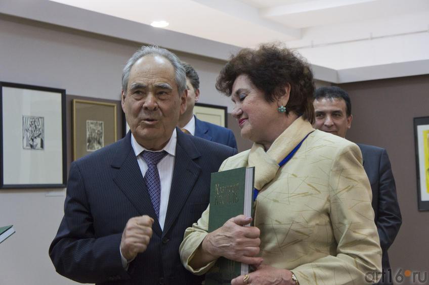 Фото №78414. М.Ш.Шаймиев вручает книги директорам музеев