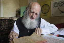 Владимир Александрович Попов за чтением фронтового дневника