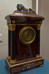 Часы каминные со скульптурой льва на корпусе.