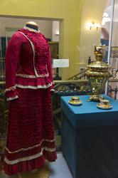 Платье дамское /Сервиз чайный (часть) с росписью розами в ромбических резервах/ самовар ''ваза граненая''