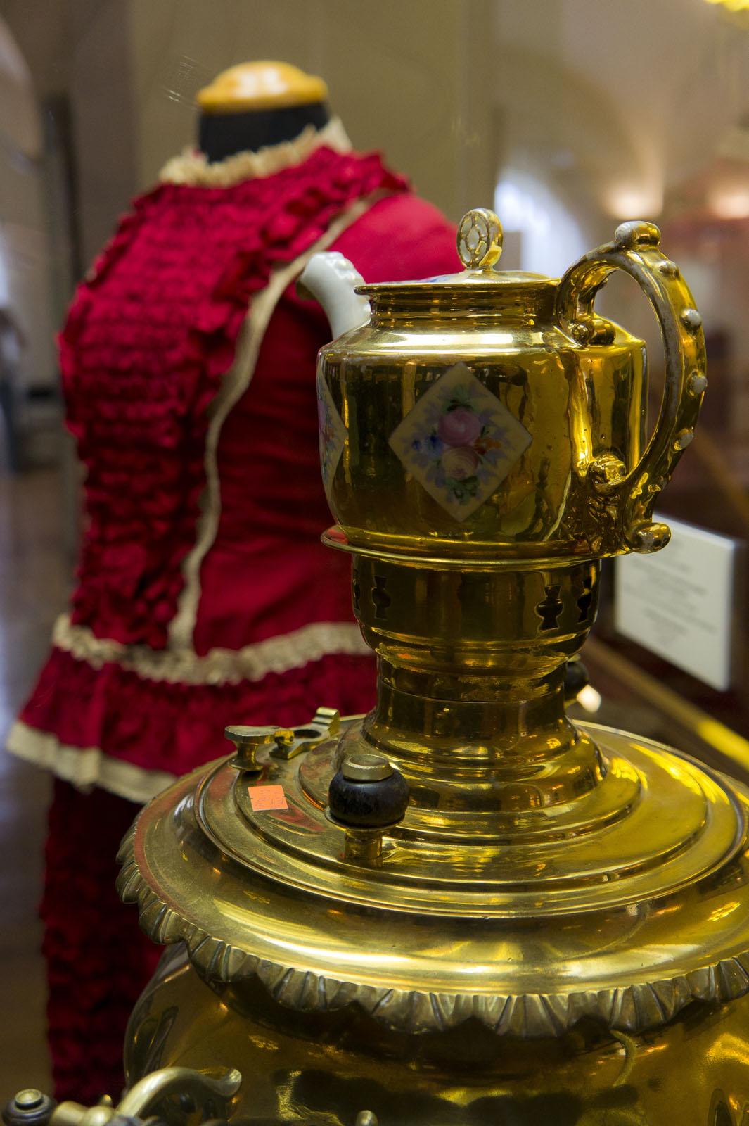 Фото №80029. Платье дамское /Сервиз чайный (часть) с росписью розами в ромбических резервах/ самовар ''ваза граненая''