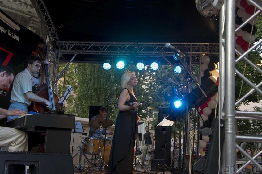 Фото №80339. Яков Окунь (фортепиано), Макар Новиков (контрабас), Алексадр Машин (барабаны), Ирина Родилес (вокал)