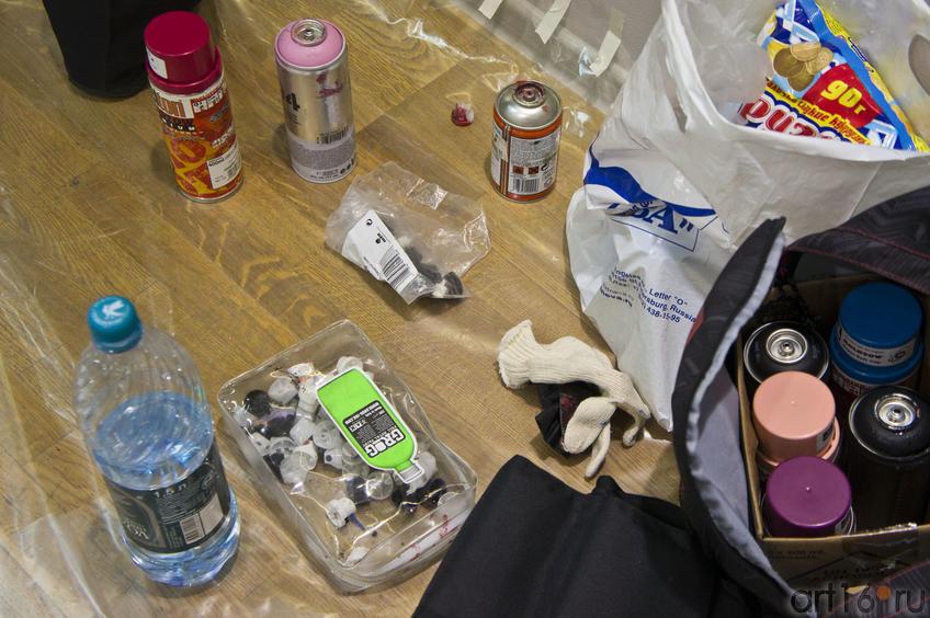 Инструменты художника-граффити (баллончики с краской, распылители, перчатки и пр.)