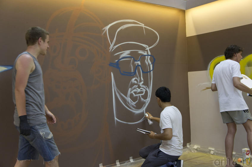 У каждой группы свой кусок стены::Граффити. Арт-акция «MANEGE Art MAUER» — 2011
