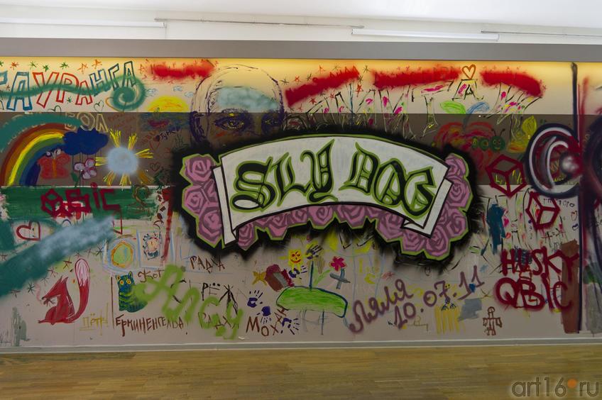 Теггинг райтеров и рисунки на стене посетителей ʺМанежаʺ::Граффити. Арт-акция «MANEGE Art MAUER» — 2011