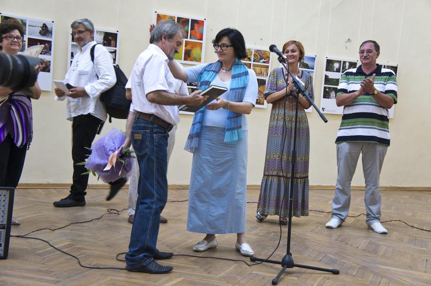 Р. Нургалеева поздравляет Ф. Губаева с 60-летием::«Молодые фотографы России – 2011»