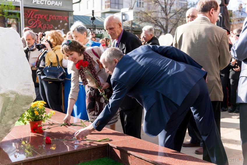 Фото №814259. Возложение цветов. Памятный знак-камень художникам, погибшим в ВОв