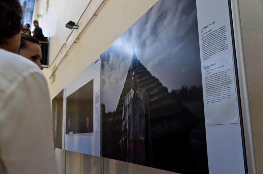 Фото №81839. У стенда с фотографиями Гиллема Валле (Испания)