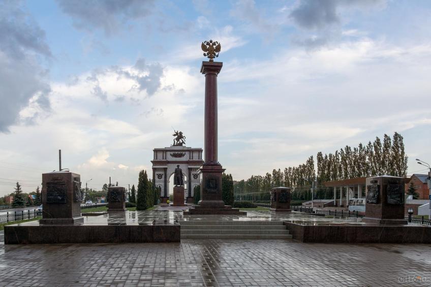 Фото №828747. Стела в честь присвоения Курску звания Города Воинской Славы (2007 г.), июнь 2015