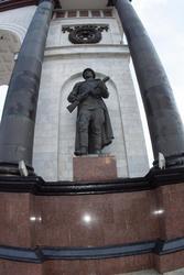 Скульптура пехотинца (скульптор - А. 3. Жиленков)