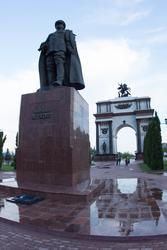 Памятник Жукову и триумфальная арка, г. Курск, июнь 2015