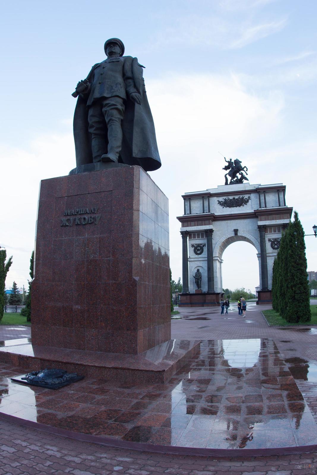 Фото №828843. Памятник Жукову и триумфальная арка, г. Курск, июнь 2015