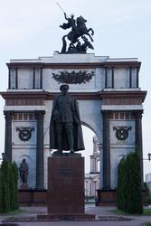 24-метровая триумфальная арка, увенчанная скульптурой Георгия Победоносца, памятник Г.К.Жукову