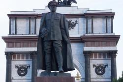 Памятник Г.К.Жукову возле триумфальной арки, г. Курск