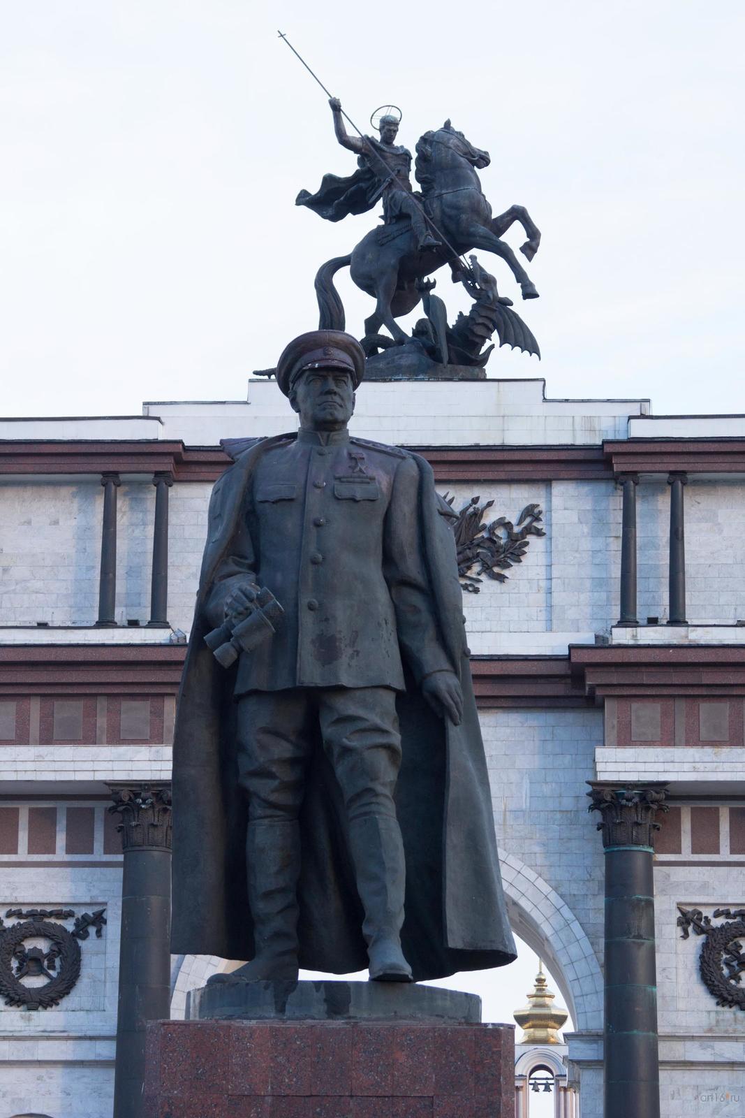 Фото №828885. Памятник Г.К.Жукову возле триумфальной арки, г. Курск