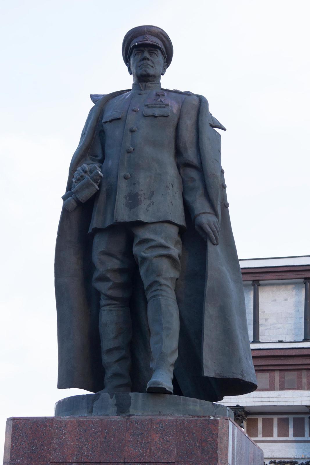 Фото №828891. Бронзовый памятник Г.К.Жукову возле триумфальной арки, г. Курск
