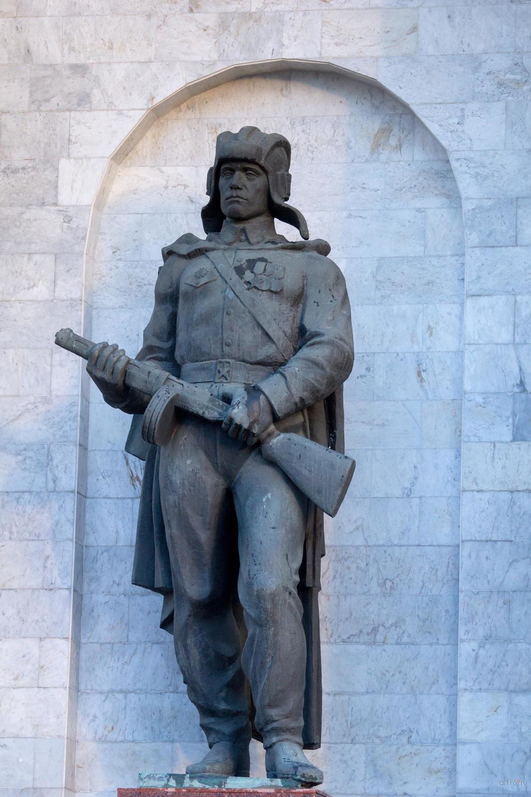 Фото №828909. Скульптура танкиста времён Курской битвы (скульптор - И. А. Минин)