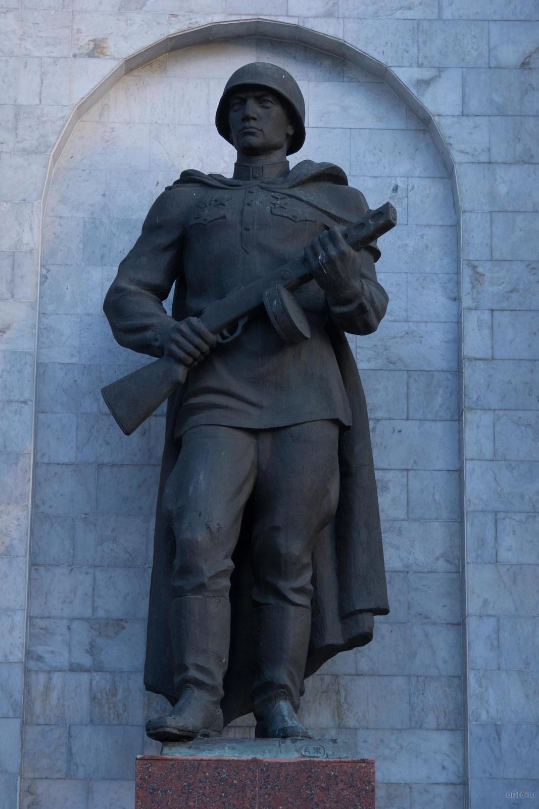 Фото №828915. Скульптура пехотинца (скульптор - А. 3. Жиленков)