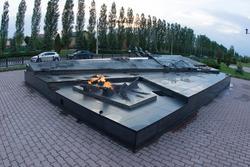 Вечный огонь. Гранитное надгробие «Неизвестному солдату Курской земли»