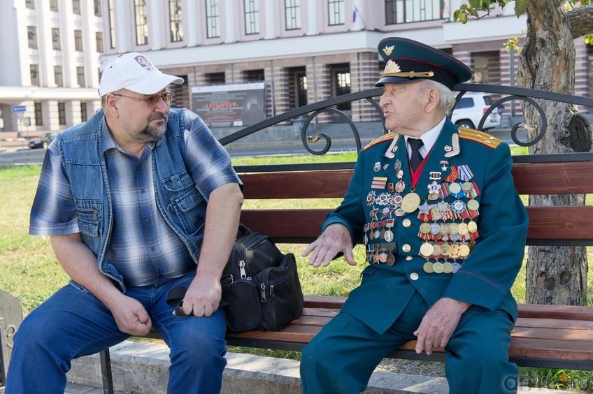 Юеседа с героем. Перед зданием Казанской Ратуши::30 августа 2011. День города и Республики Татарстан
