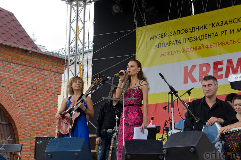 Олег Лапшин (справа), у микрофона — Юлия Замыслова, ведущая площадки Пушечный двор