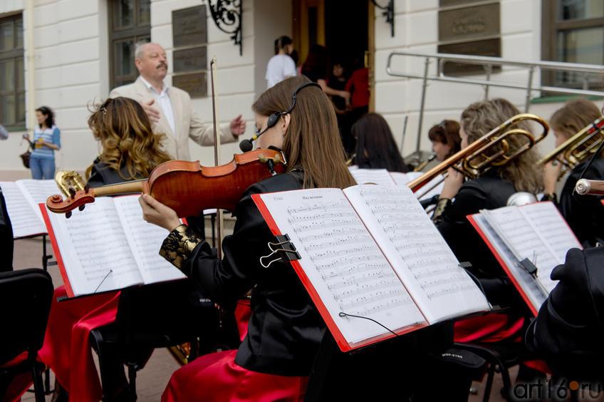 Игра женского духового оркестра «Фантазия» у входа в «Эрмитаж-Казань»