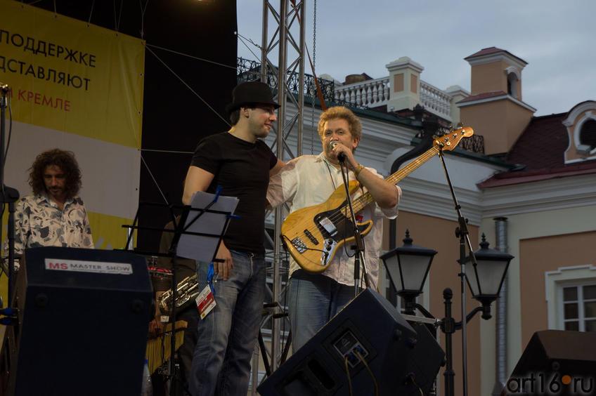 Передача гитары одному из организаторов фестиваля, Станиславу Калабанову