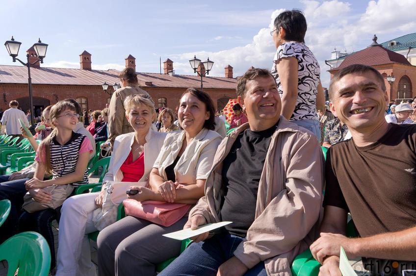 Зрители перед началом оперного показа на территории Пушечного двора::Опера «Алтынчач» Н.Жиганова, либретто М.Джалиля