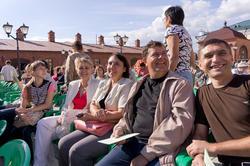 Зрители перед началом оперного показа на территории Пушечного двора
