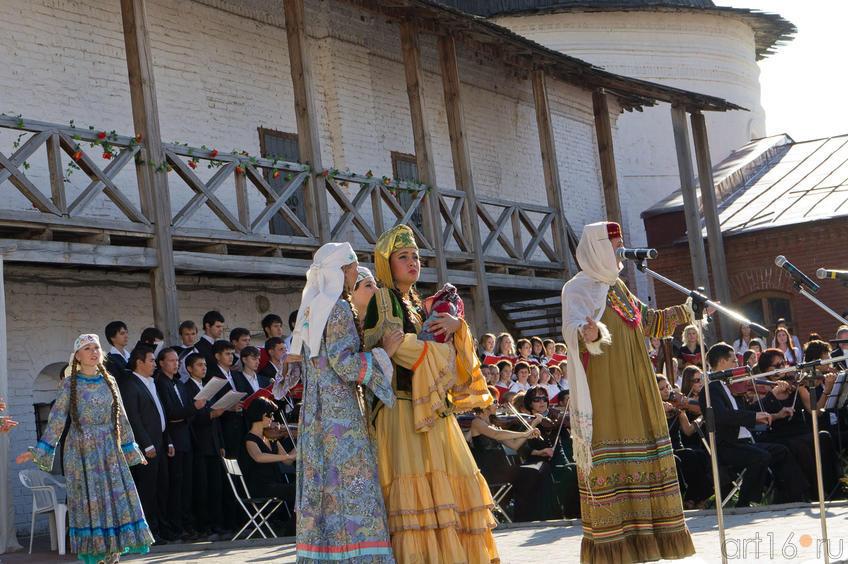 В разгар веселья приходит известие о приближении ханских войск::Опера «Алтынчач» Н.Жиганова, либретто М.Джалиля
