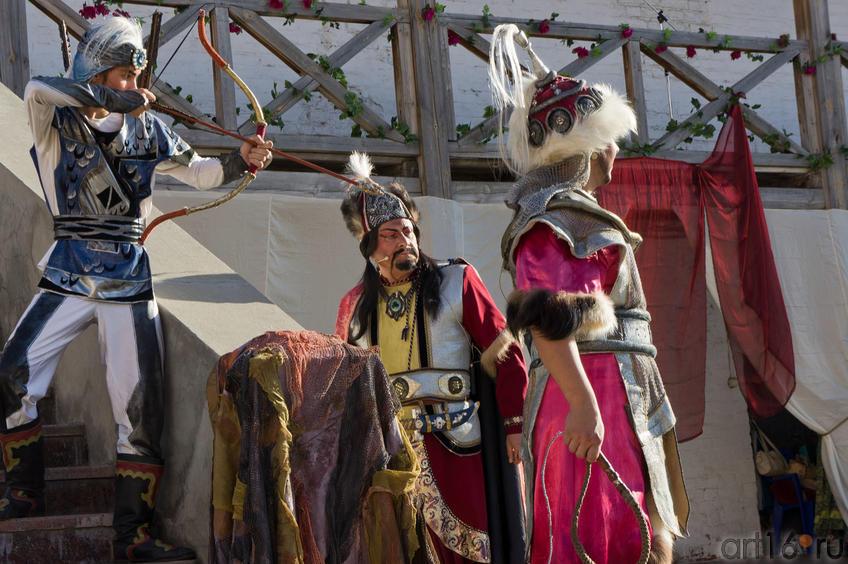 Хан приказывает ослепить Тугзак, разрезать подошвы ног ::Опера «Алтынчач» Н.Жиганова, либретто М.Джалиля