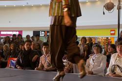 На показе конкурсном показе  национальной одежды