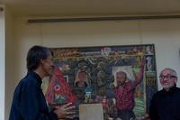 Ученик и учитель на фоне  картины