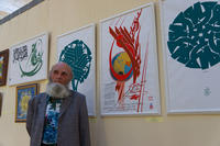 Владимир Попов на фоне триптиха-шамаиля