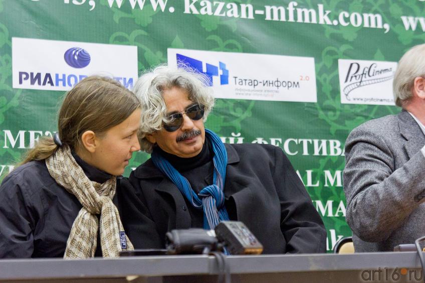Насер Кемир (Тунис) и переводчик::Итоги VII Казанского международного фестиваля