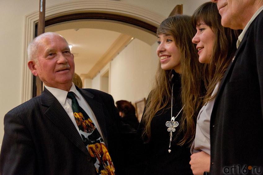 Закир Батраев на открытии своей юбилейной выставки