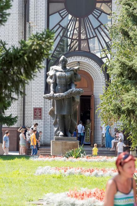 Скульптура женщины-солдата перед храмом Всех Святых, Мамаев курган, август 2015::Волгогорад. 2015