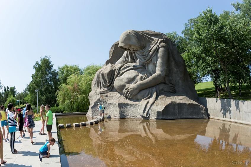Скульптурная группа «Скорбь матери» на площади Скорби (Мамаев курган)::Волгогорад. 2015