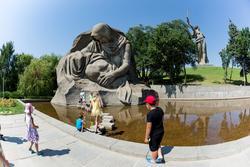 Скульптурная группа «Скорбь матери» и «Озеро слёз»